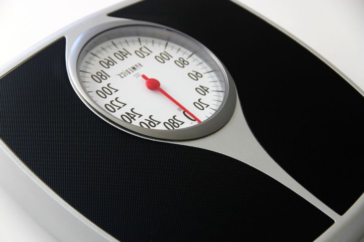 spring-scale-used-to-determine-ones-weight-in-pounds-725x483